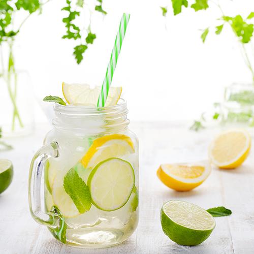 Pot de verre empli de citronnade