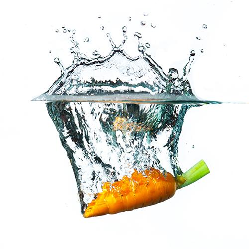 Carotte plongeant dans de l'eau