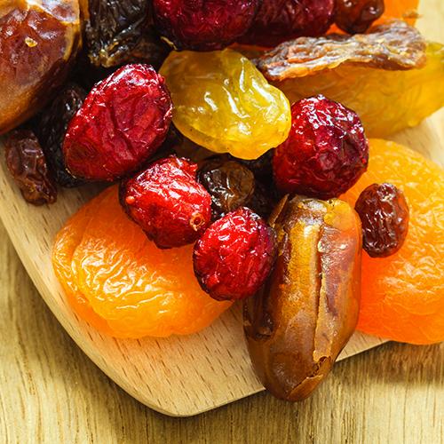 Fruits secs sur une planche