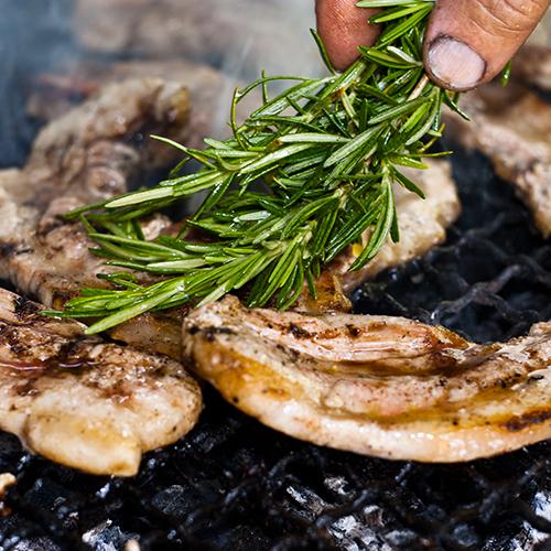 Viande au grill et romarin