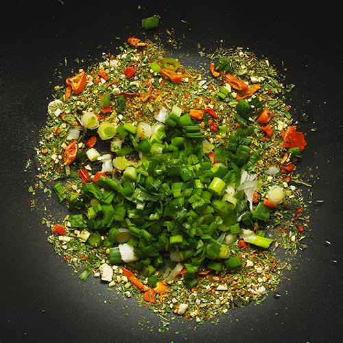 Divers épices et légumes sur une ardoise