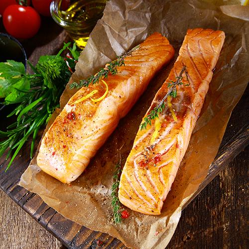 Pavés de saumon sur une planche
