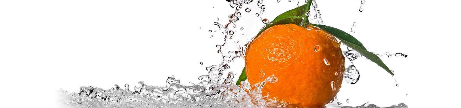 Orange éclaboussant de l'eau